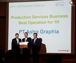 Bpk. Arifin Pranoto, Direktur Astragraphia menerima award dari Fuji Xerox di Singapura 1